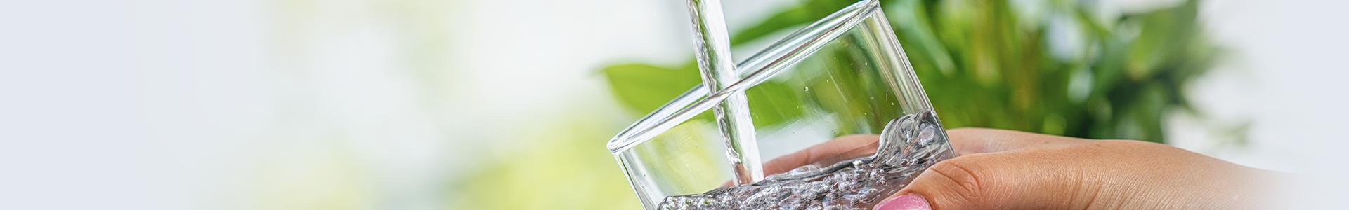 Wasserglas unter einem Wasserhahn